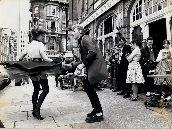 Teddy Boys y Teddy Girls bailan en las calles de Londres
