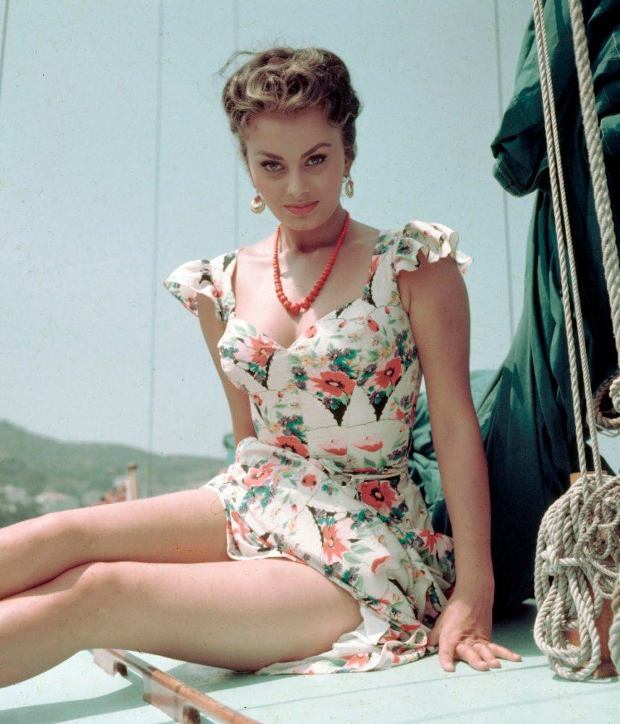 La actriz Sophia Loren con vestido años 50, Inglaterra