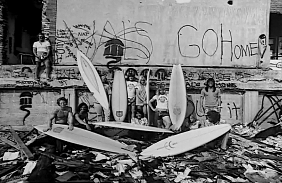 Surfistas locales mandando un mensaje, GO HOME