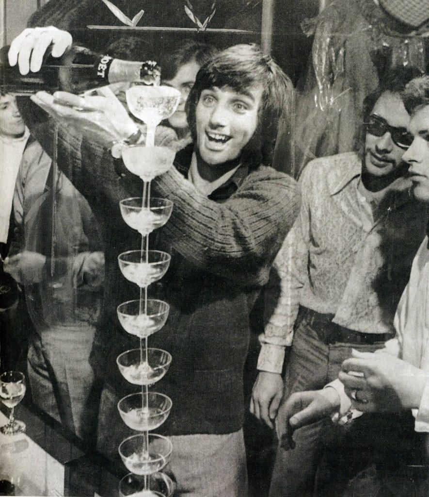 George Best sirviendo copas a los amigos