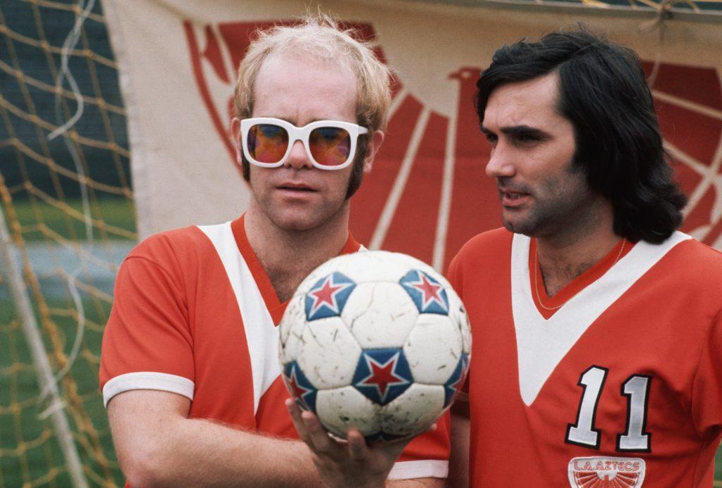 El músico Elton John y George Best en EEUU