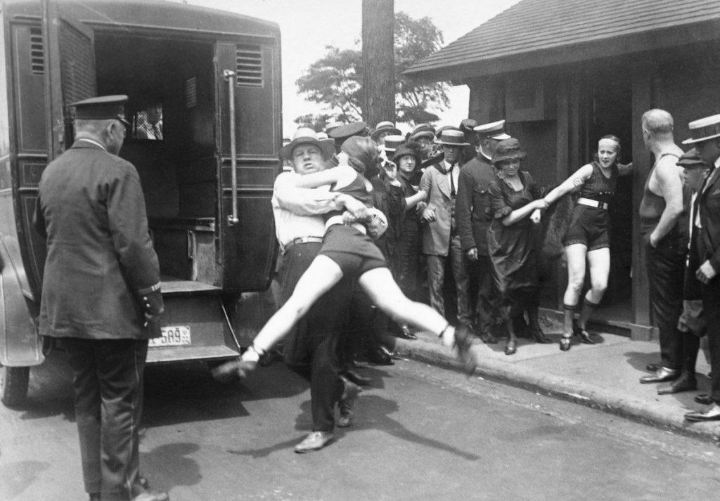 Arresto de una mujer en la playa de Illinoois, Chicago, por sobreasar los límites del traje de baño, 1922