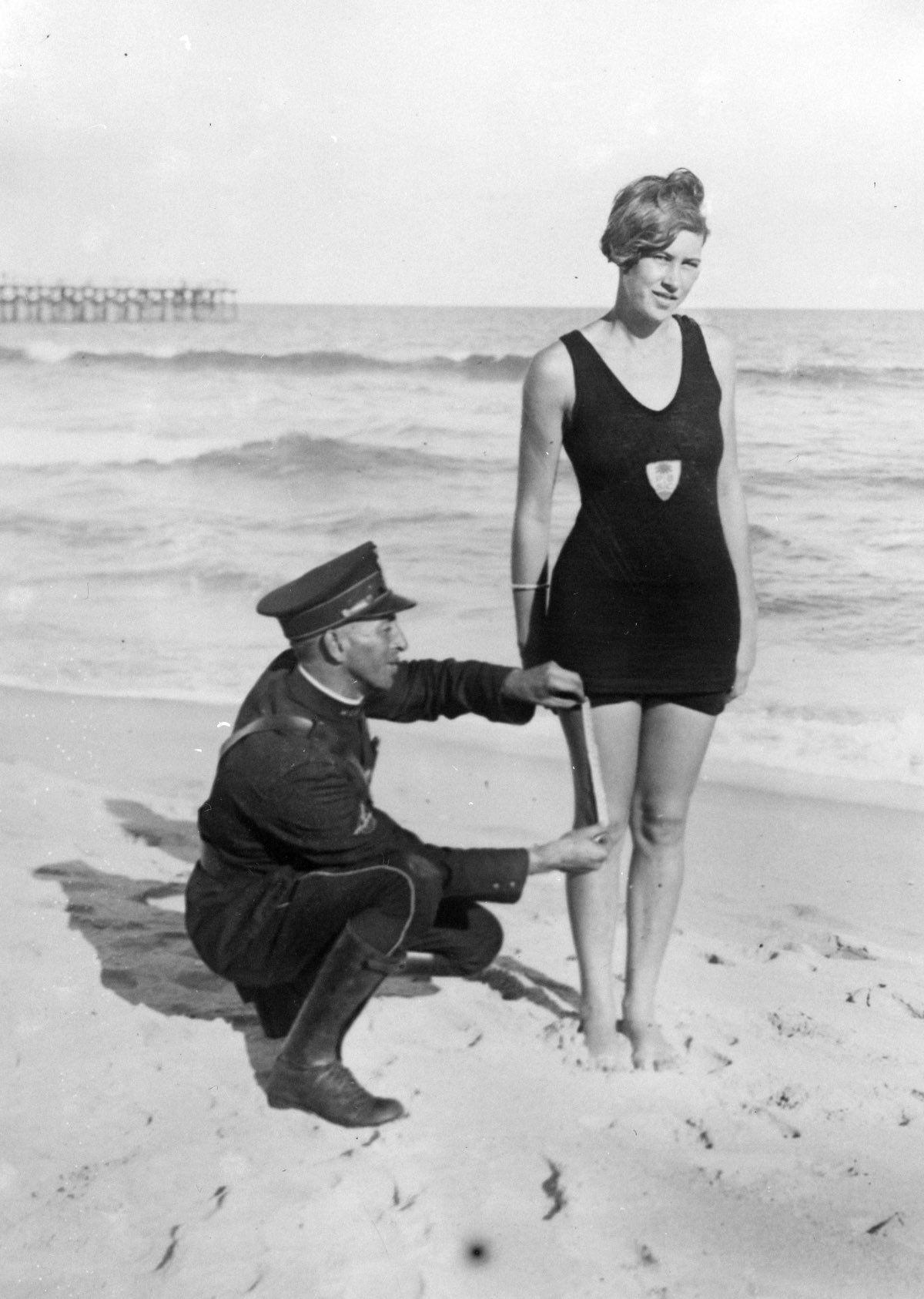 El agente Smokey Buchanan controlando el largo del bañador en Palm Beach, 1925