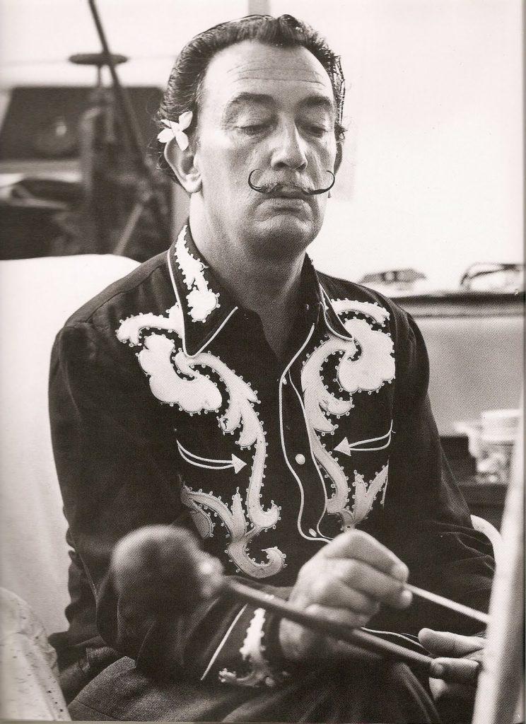 Salavador Dalí trabajando con camisa western