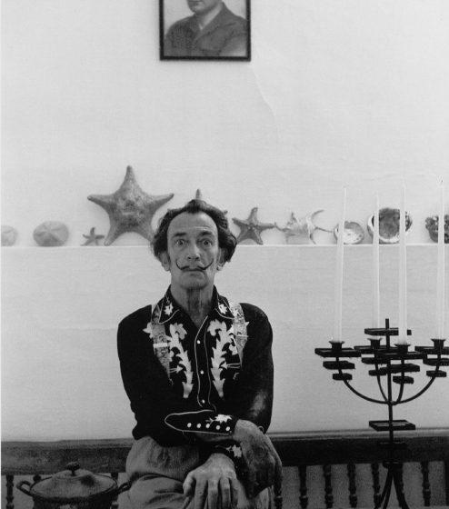 Dalí con camisa western en Portlligat