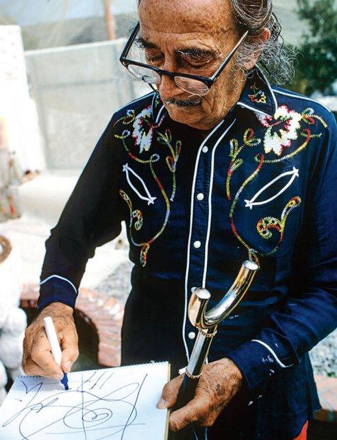 Salvador Dalí firmando con camisa western