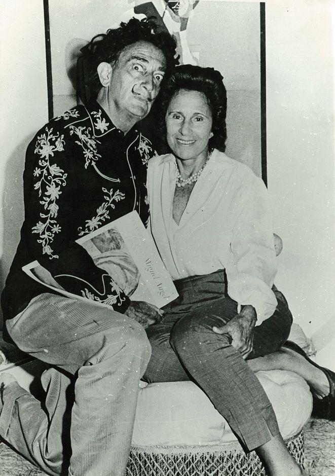 Dalí con camisa western junto a Gala