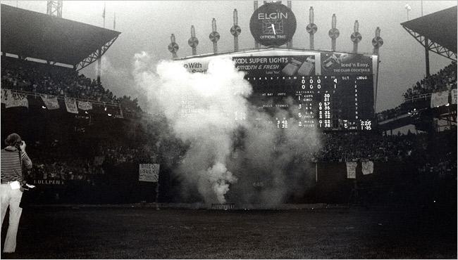 Cráter provocado por la quema de discos en el estadio Comiskey Park, 1979.
