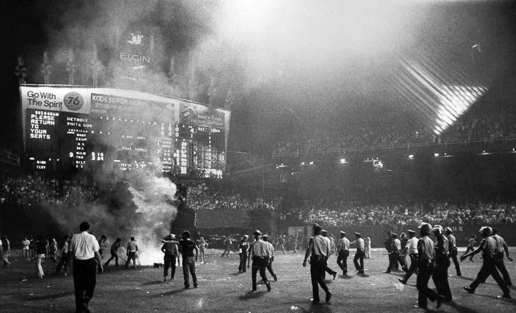La policía actúa en los disturbios del estadio Comiskey Park, 1979.