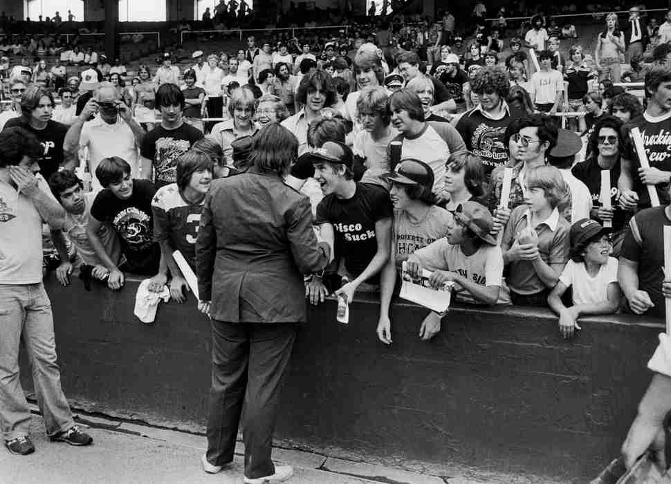 Steve Dahl junto a sus fans de la Disco Demolition Nigth. Detroit, 1979.