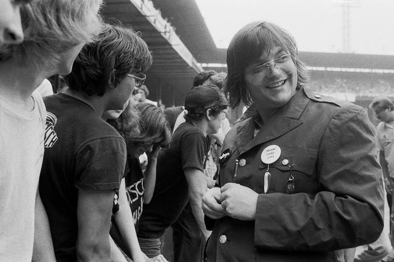 Steve Dahl junto a los asistentes a la Disco Demolition Nigth. Detroit, 1979.