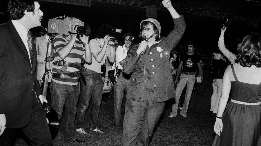 Dj Steve Dahl protagoniza la quema de discos de música disco, Comiskey Park, 1979.