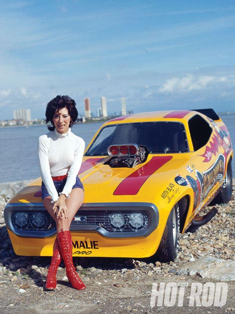 Sharley Muldoweney, la primera mujer en conseguir la licencia del NHRA para conducir Top Fuel Dragster, junto a su Ford Mustang `Cha Cha Muldowney.