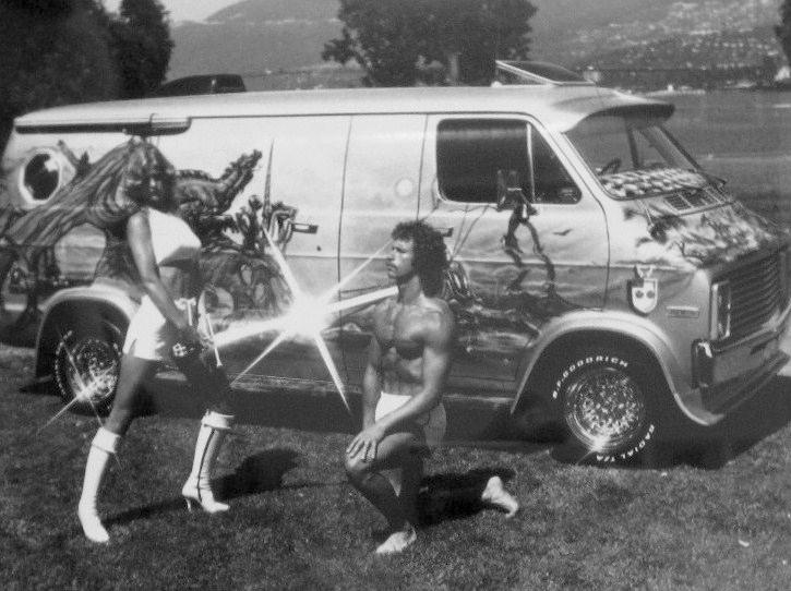 Dorotthy Straten, la famosa conejita de Playboy, junto al macho man Ron Bergsma en una escena épico_cósmica